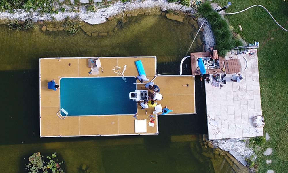 Installation mobiler Pool im Wasser