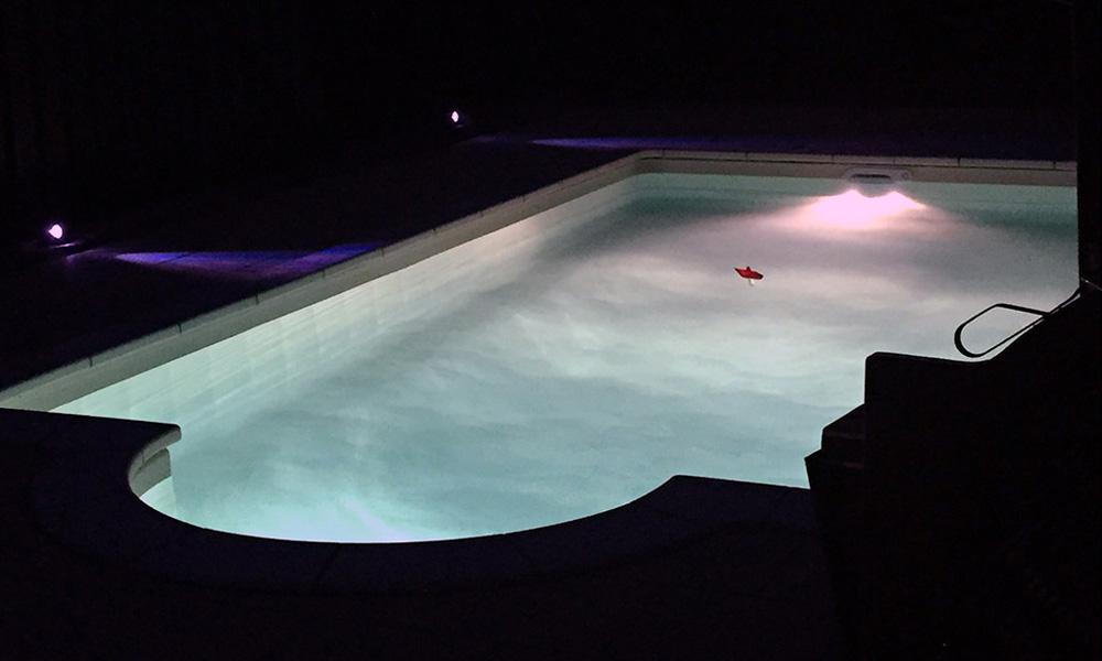 Pool Frankfurt bei Nacht mit Beleuchtung