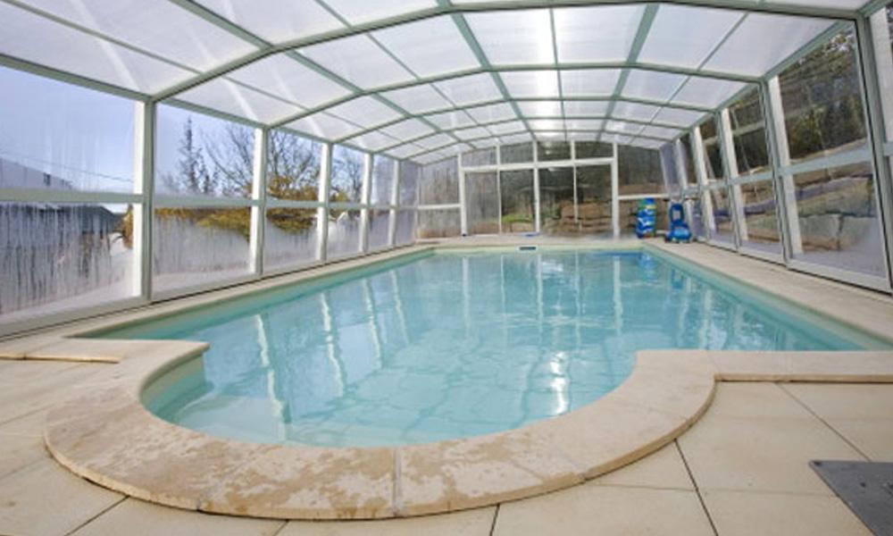 Schwimmbecken mit hoher Überdachung