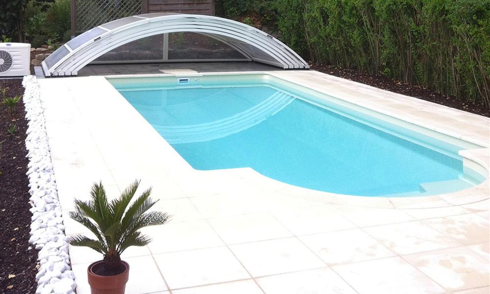 Swimmingpool mit Überdachung