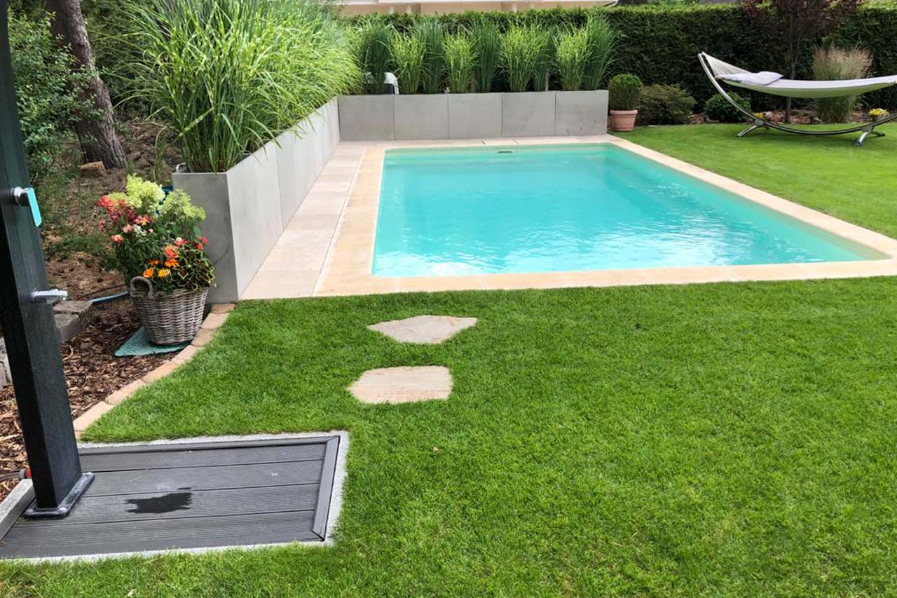 Swimmingpool Garten mit Solardusche Desjoyaux Pools Berlin